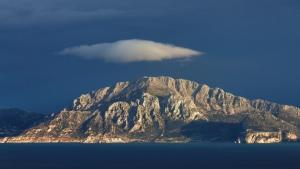 é uma montanha do norte de Marrocos, situada na costa do estreito de Gibraltar, entre Ceuta e Tânger. Alguns acadêmicos acreditam que esse seja o lugar aonde Moisés recebeu os Mandamentos, mas é pouco provável pela localização geográfica que ele se encontra.